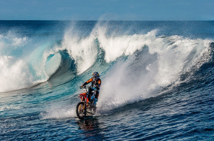 Видео покорившее интернет: мотоциклист каскадер прокатился по волнам океана