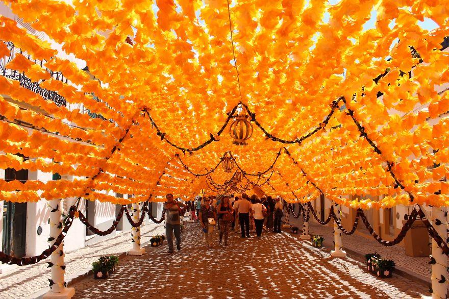 Тысячи бумажных цветов ручной работы покрывают улицы Алентежу