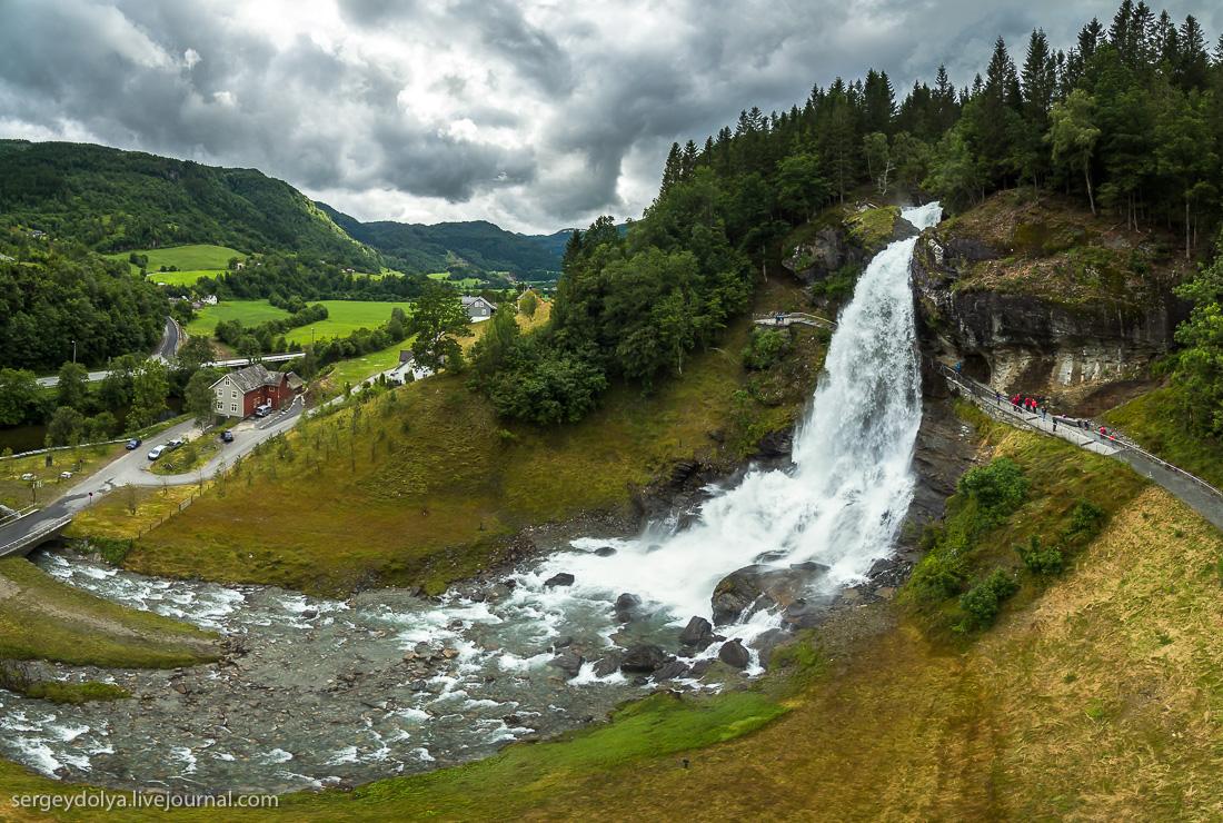 Водопад Стейнсдальсфосс — водопад, за который можно зайти