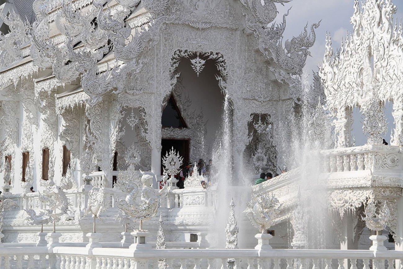 ce-temple-bouddhiste-de-thailande-est-d-une-beaute-epoustouflante-07