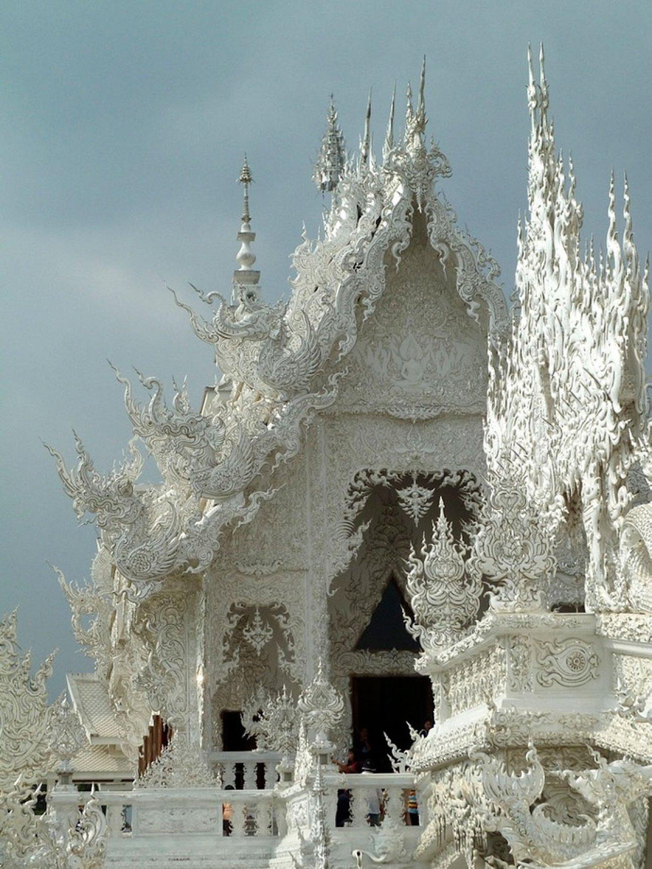 ce-temple-bouddhiste-de-thailande-est-d-une-beaute-epoustouflante-13