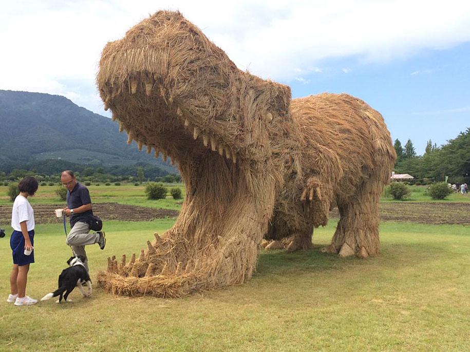 Гигантские соломенные динозавры появились на японских полях после сбора урожая риса