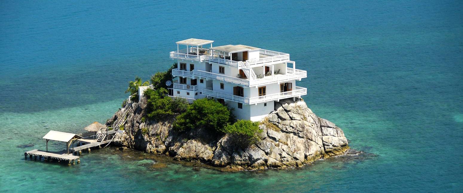 Этот дайверский рай построен на скале и окружен рифом