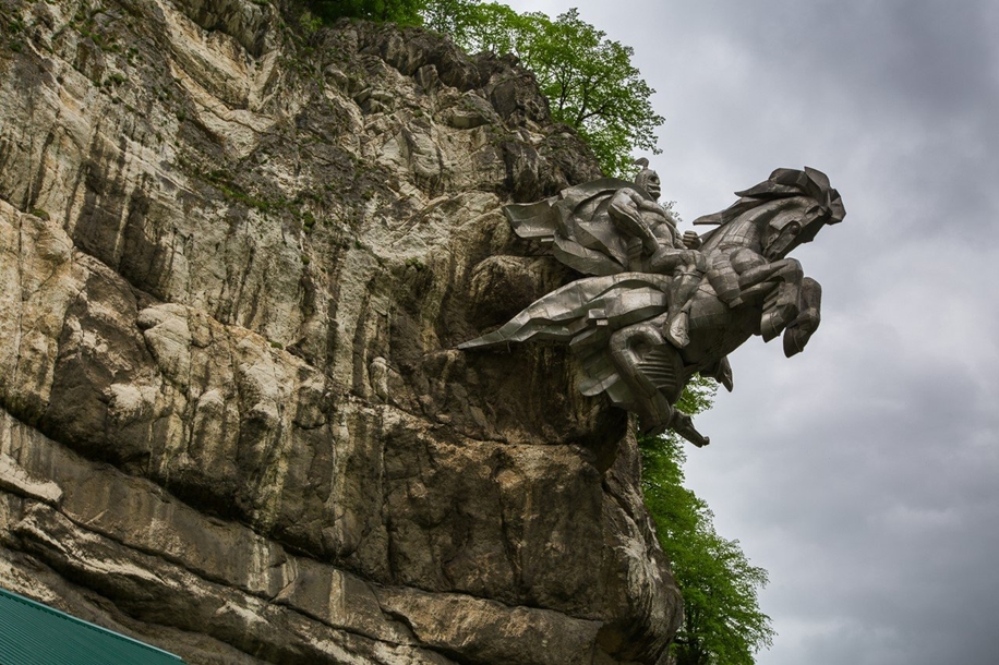 The statue of St. George in North Ossetia_1