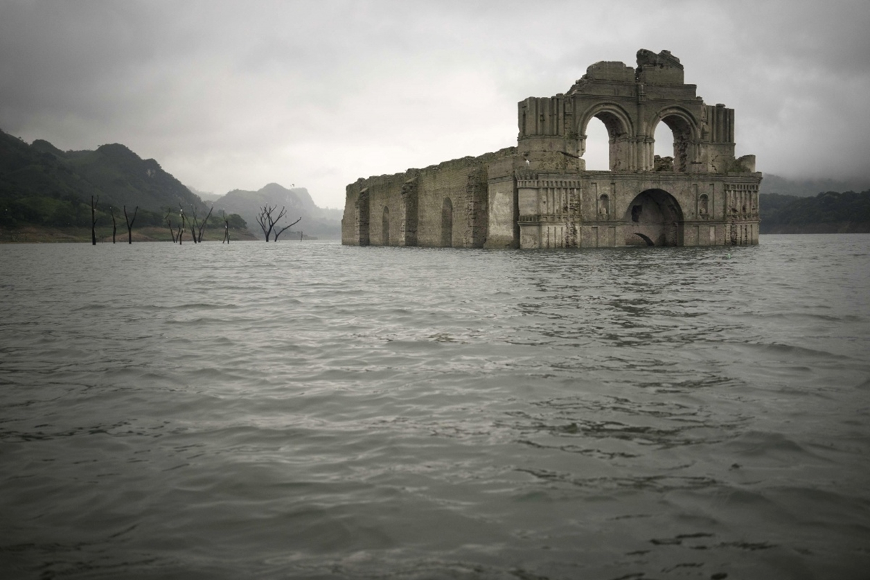church emerges from the water in a reservoir in Mexico_2