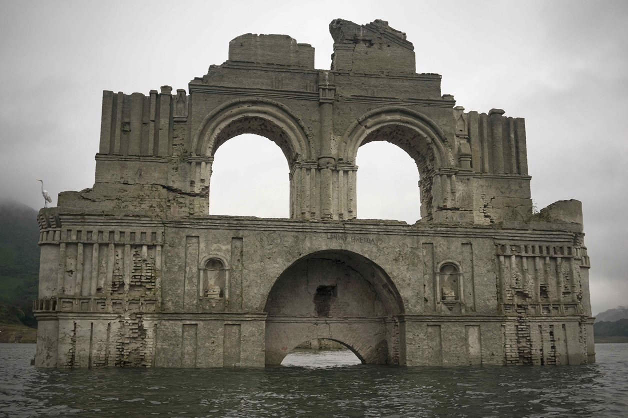 church emerges from the water in a reservoir in Mexico_4