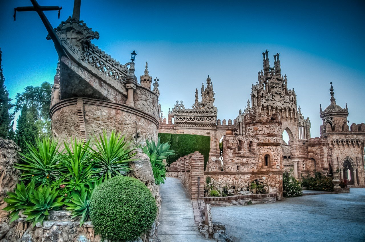 Фантастический замок Коломарес