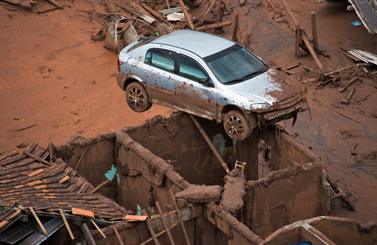 Photos of the Red Sludge That Smothered a Town in Brazil 01
