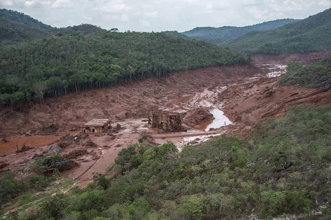 Photos of the Red Sludge That Smothered a Town in Brazil 03