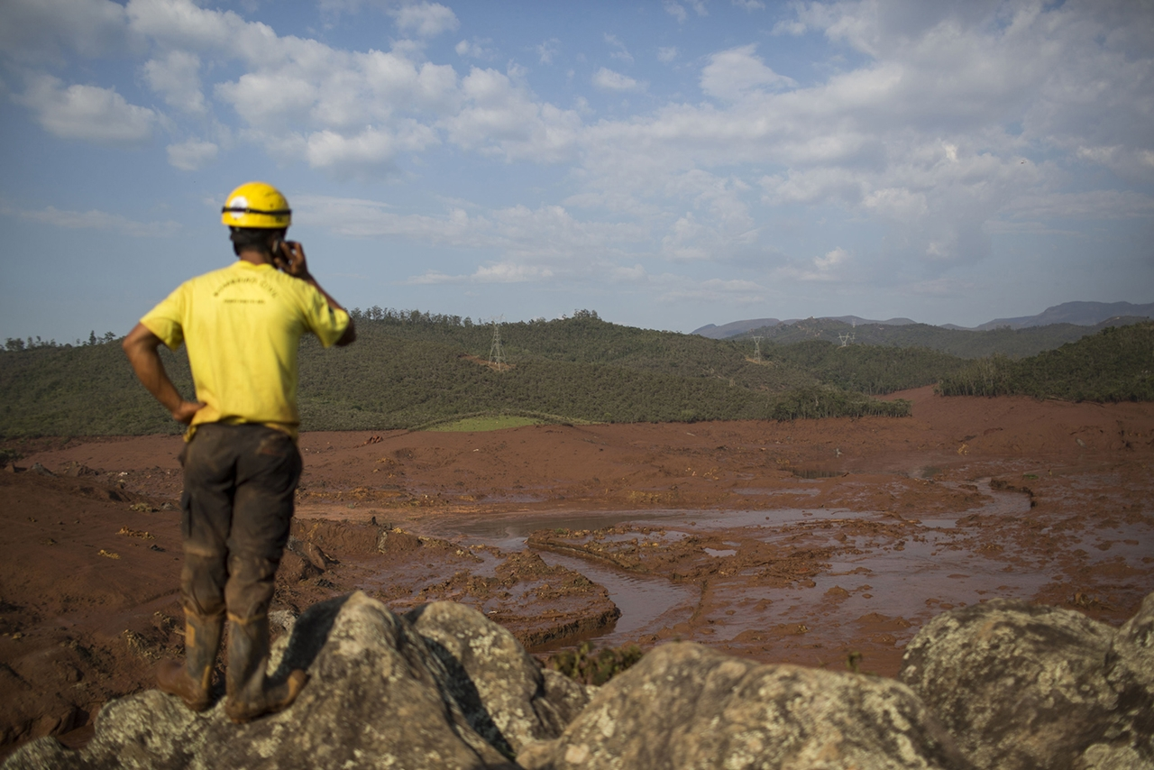 Photos of the Red Sludge That Smothered a Town in Brazil 05