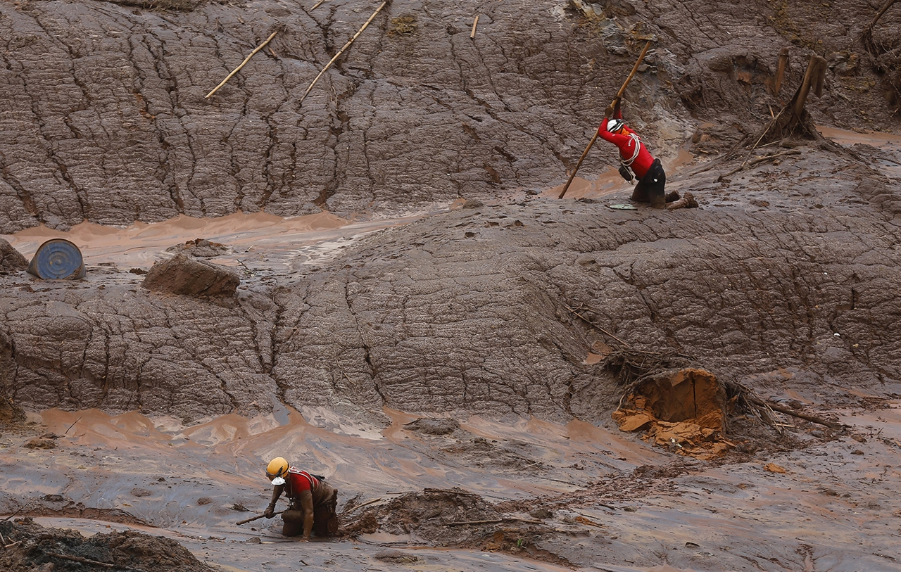 Photos of the Red Sludge That Smothered a Town in Brazil 07