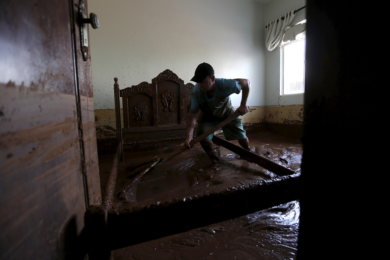 Photos of the Red Sludge That Smothered a Town in Brazil 18
