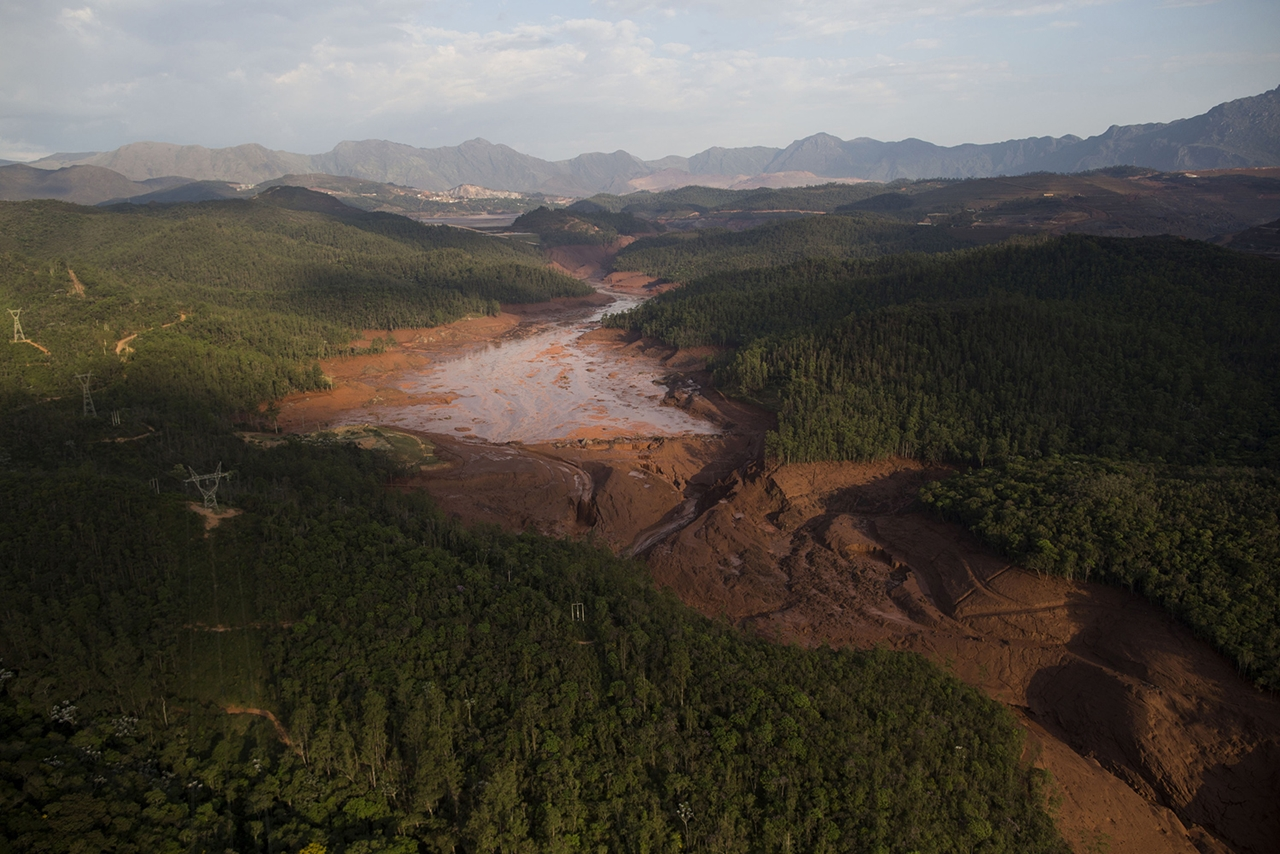 Photos of the Red Sludge That Smothered a Town in Brazil 19