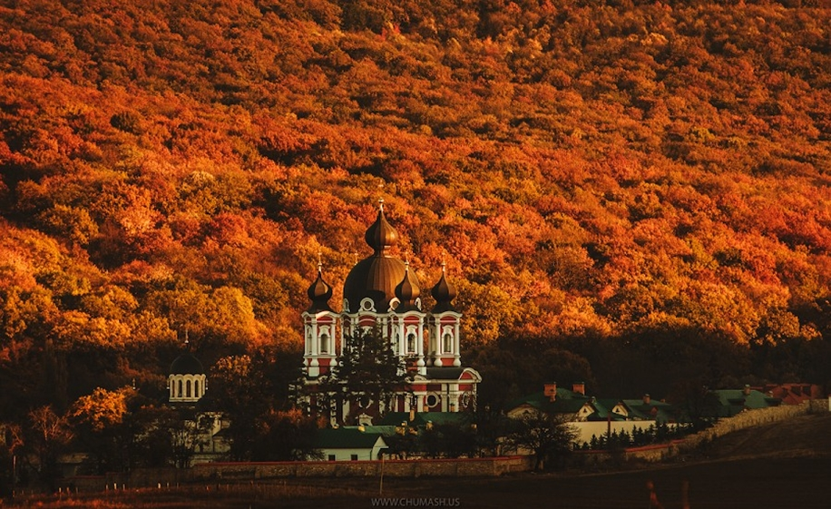 The charm of autumn in the countryside of Moldova 05