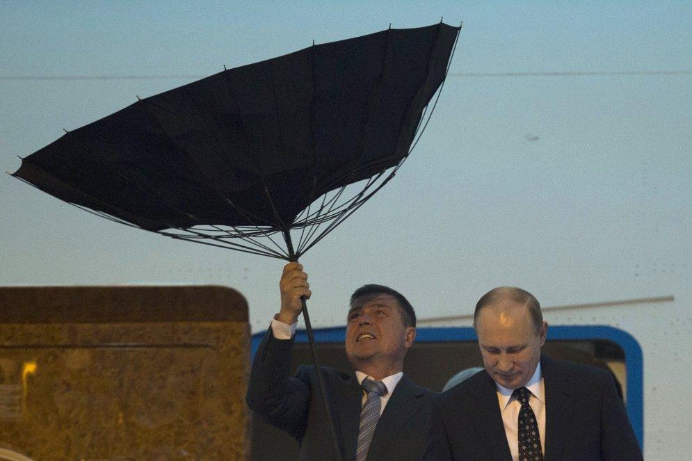 Победа ветра над зонтами