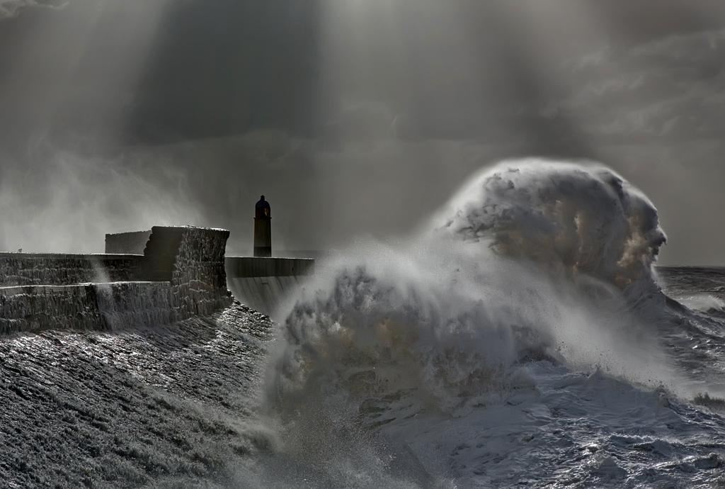 Огромные штормовые волны на маяке Порткол пойнт