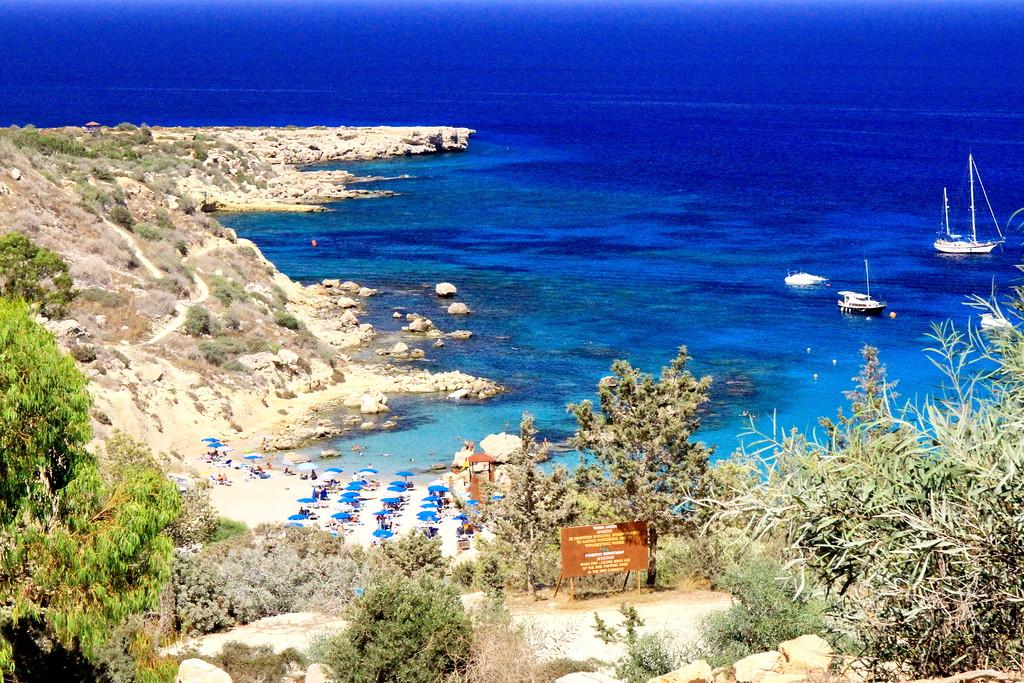 Церковь Айя Анаргири и пляж Коннос на Кипре
