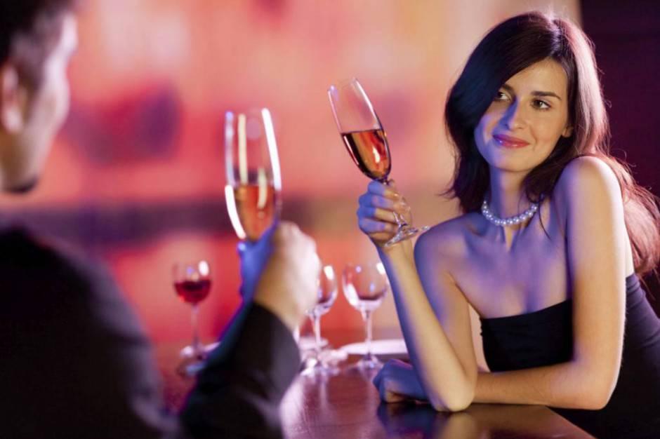 Он решил познакомиться с красивой девушкой в кафе, но когда подошел — она закричала! Почему…