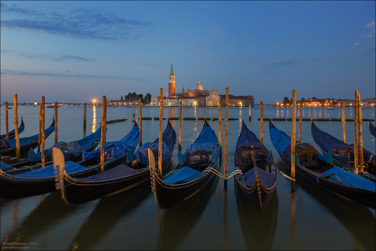 Venice-passing 03