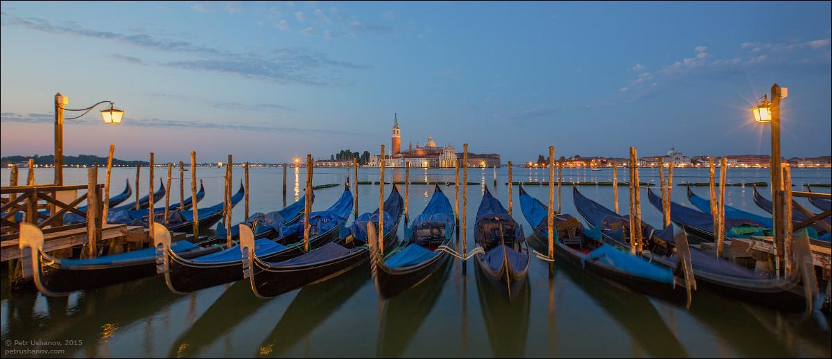 Venice-passing 04