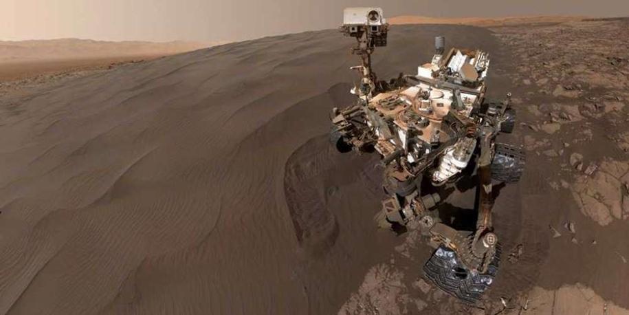 Curiosity делает селфи среди дюн и копает песок