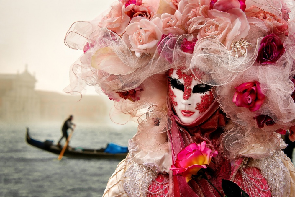 The magical atmosphere of the Venetian carnival 01