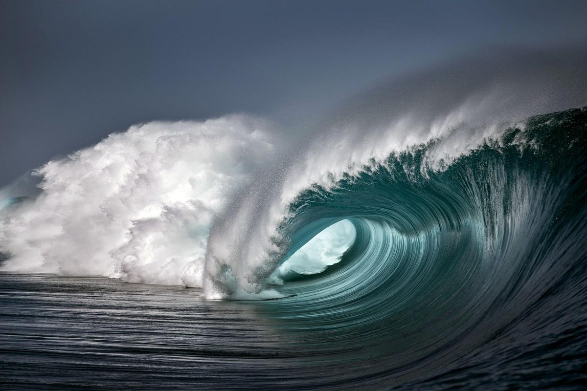 Впечатляющие волны острова Таити