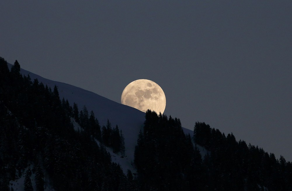 Interesting and beautiful photos with the moon 09
