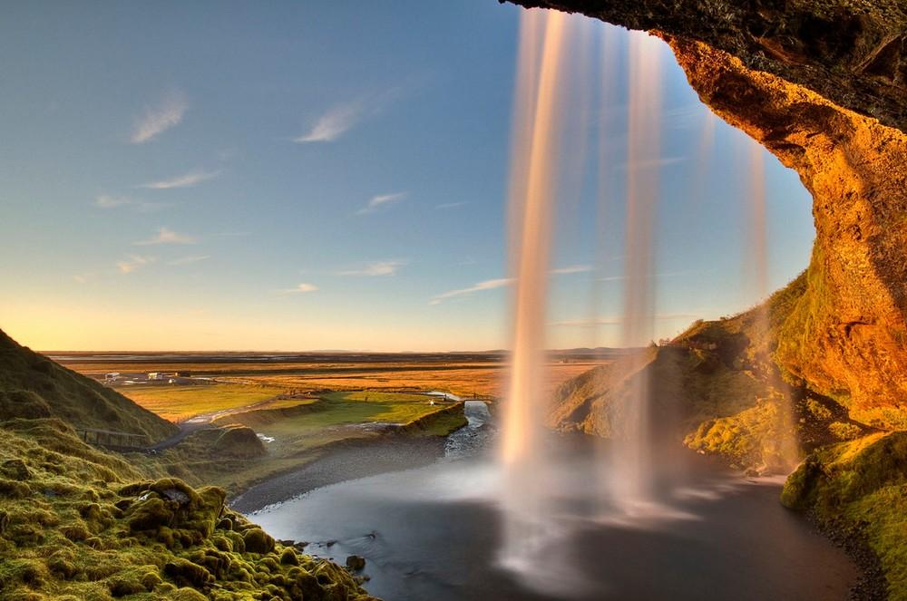 Живописный исландский водопад Сельяландсфосс