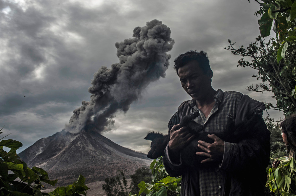 The effects of the eruption of a volcano in Indonesia 01