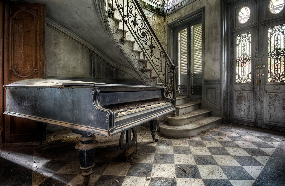 The ghosts of abandoned pianos 02