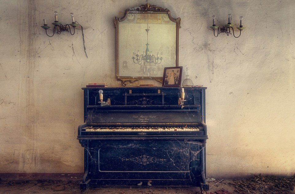 The ghosts of abandoned pianos 05