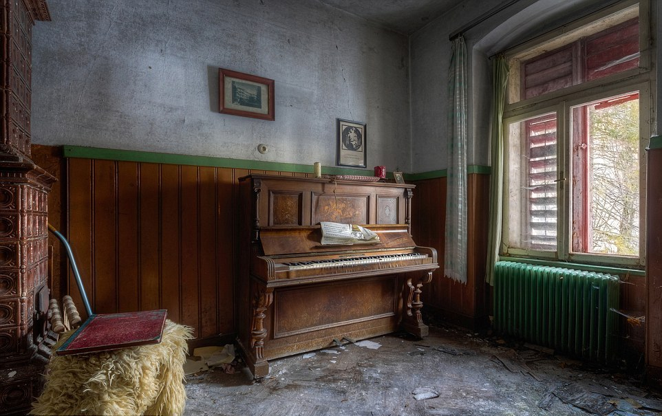 The ghosts of abandoned pianos 08