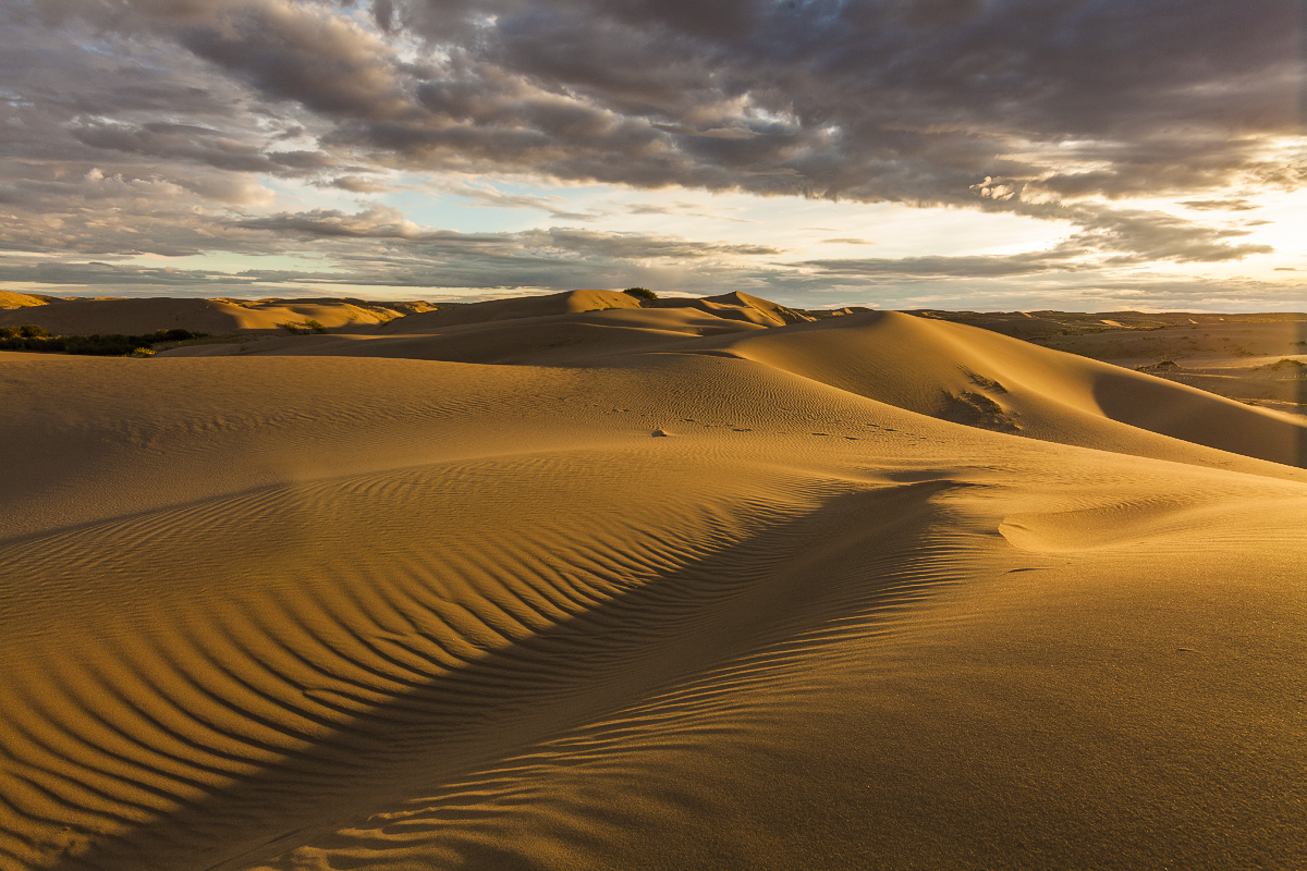 Mongolia in scenery from desert to mountain lakes 03