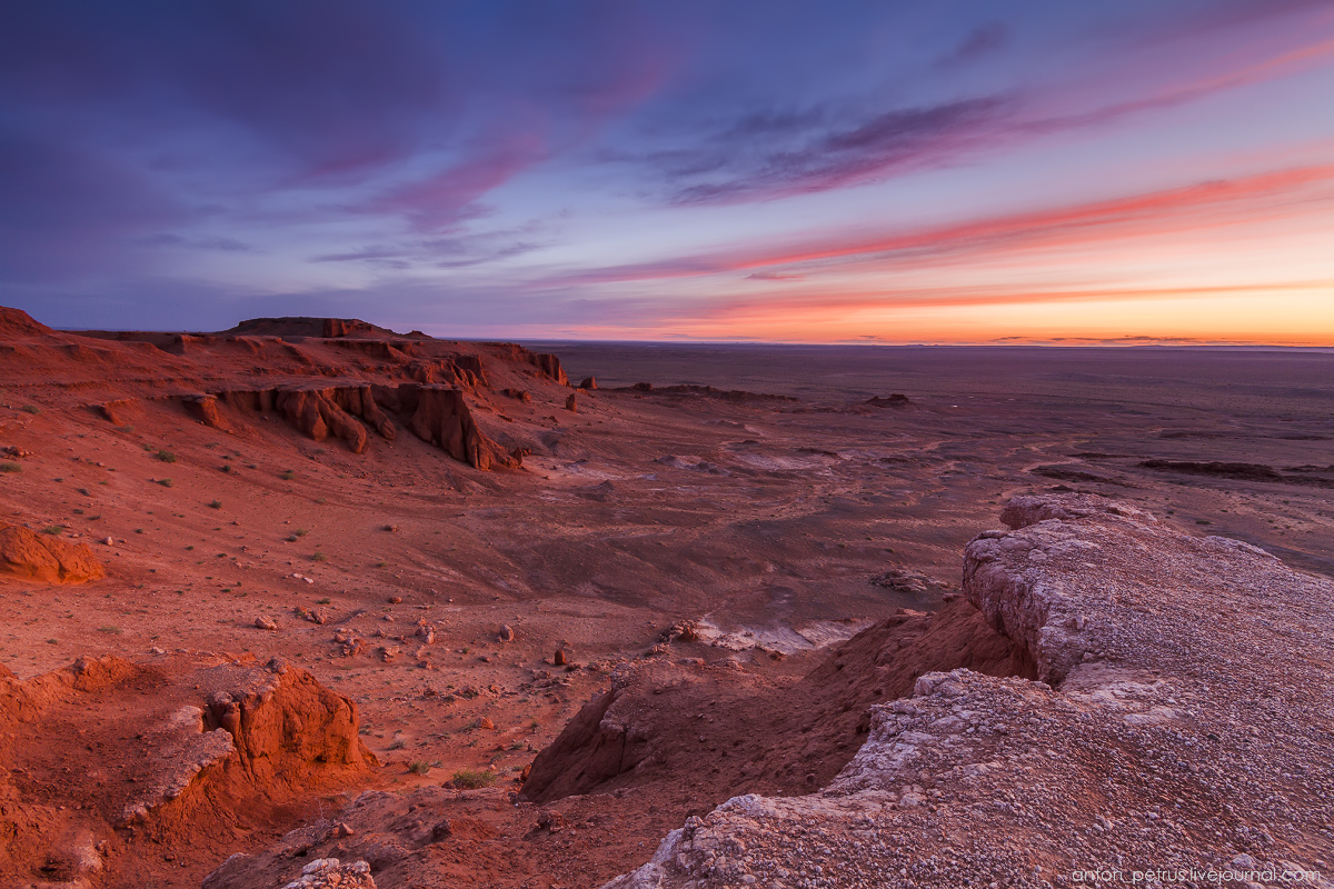 the-flaming-cliffs-of-bayanzag-in-the-gobi-desert-07