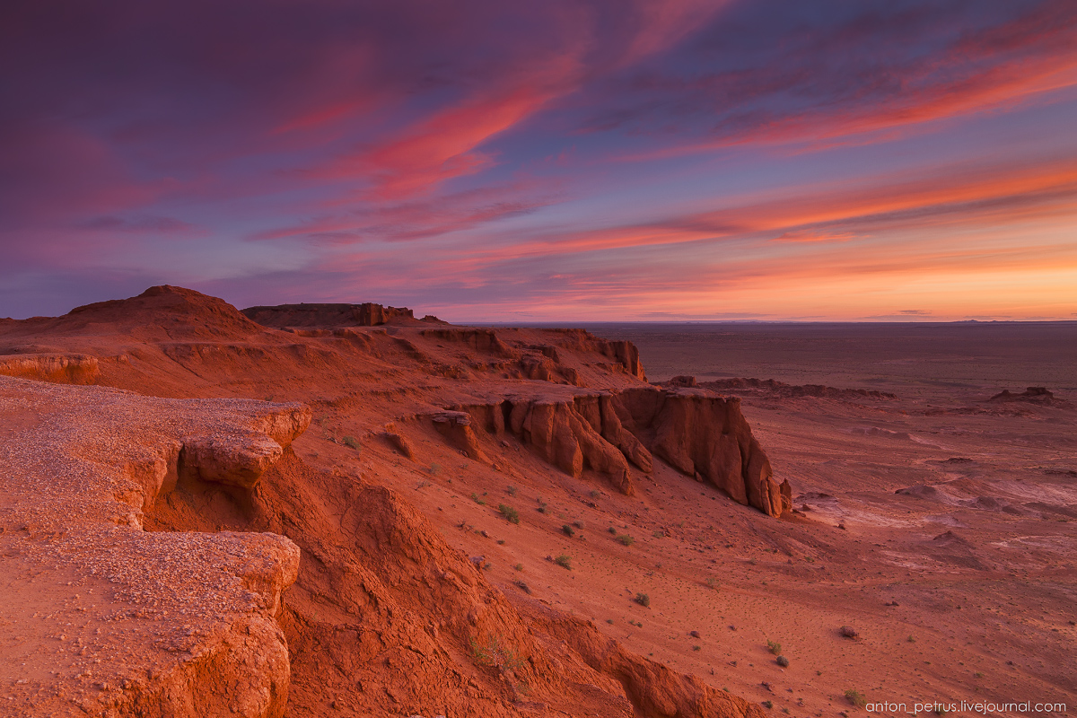 the-flaming-cliffs-of-bayanzag-in-the-gobi-desert-08
