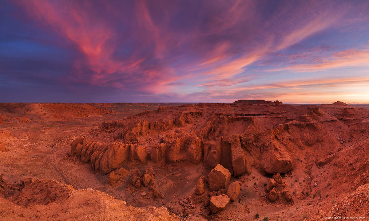the-flaming-cliffs-of-bayanzag-in-the-gobi-desert-09