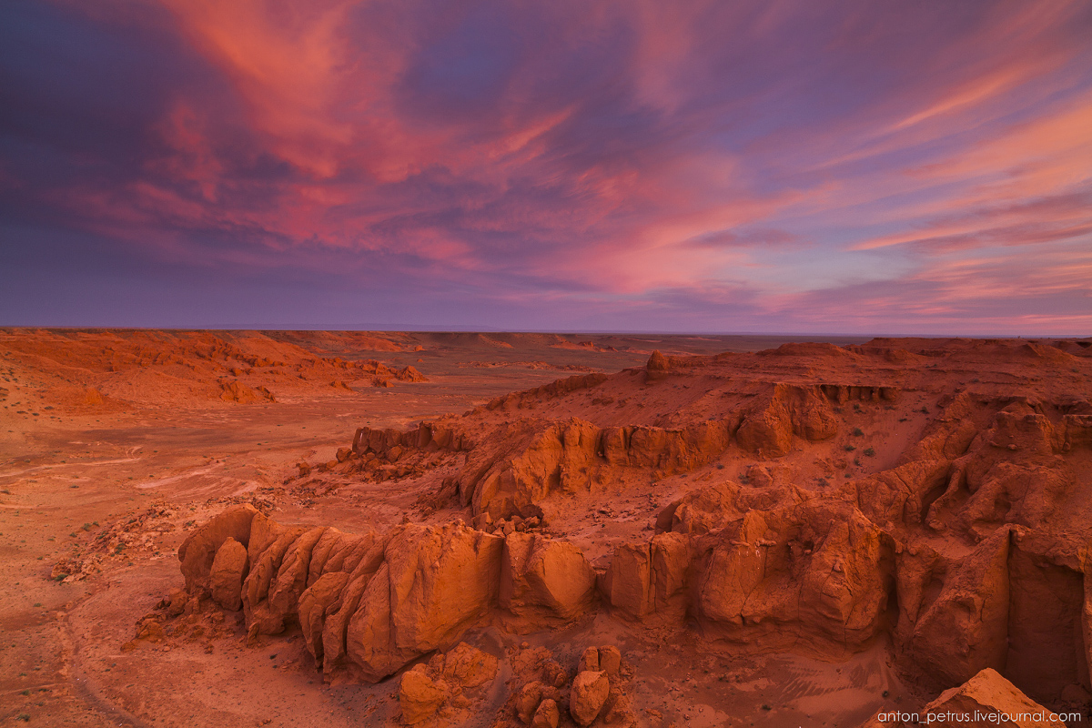 the-flaming-cliffs-of-bayanzag-in-the-gobi-desert-10