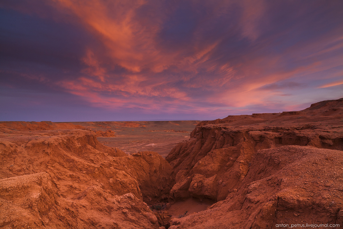 the-flaming-cliffs-of-bayanzag-in-the-gobi-desert-11