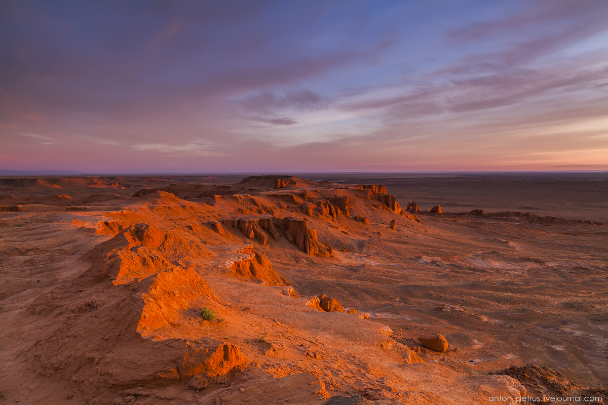 the-flaming-cliffs-of-bayanzag-in-the-gobi-desert-12
