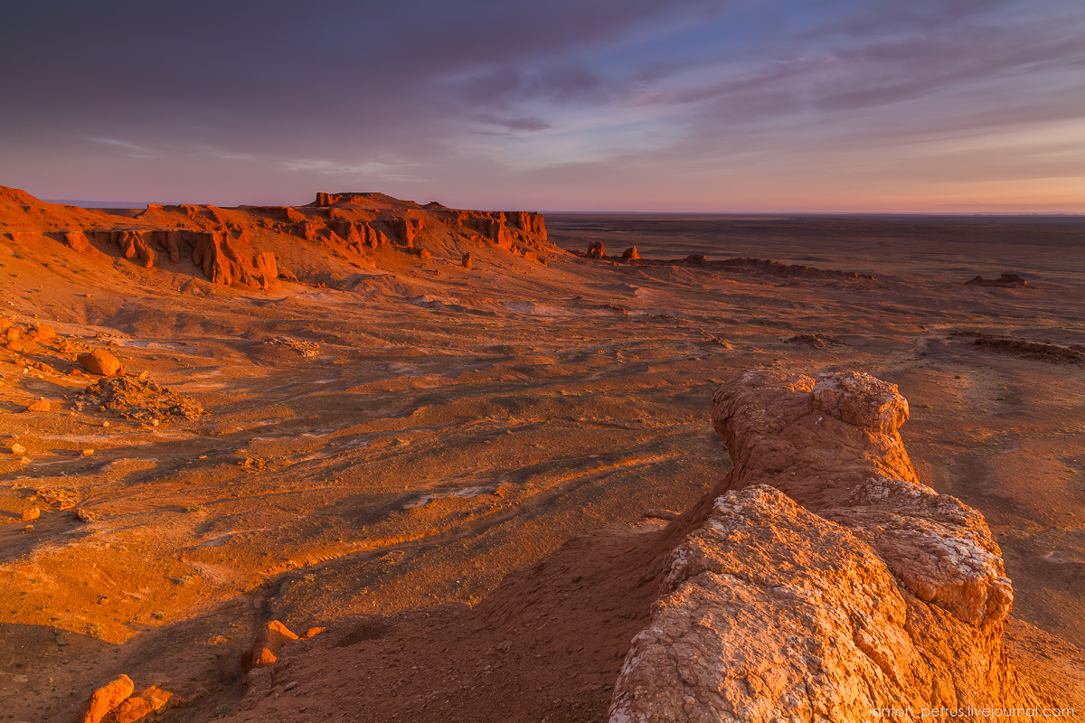 the-flaming-cliffs-of-bayanzag-in-the-gobi-desert-13