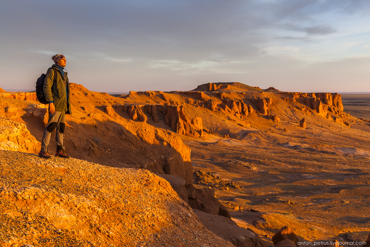 the-flaming-cliffs-of-bayanzag-in-the-gobi-desert-14