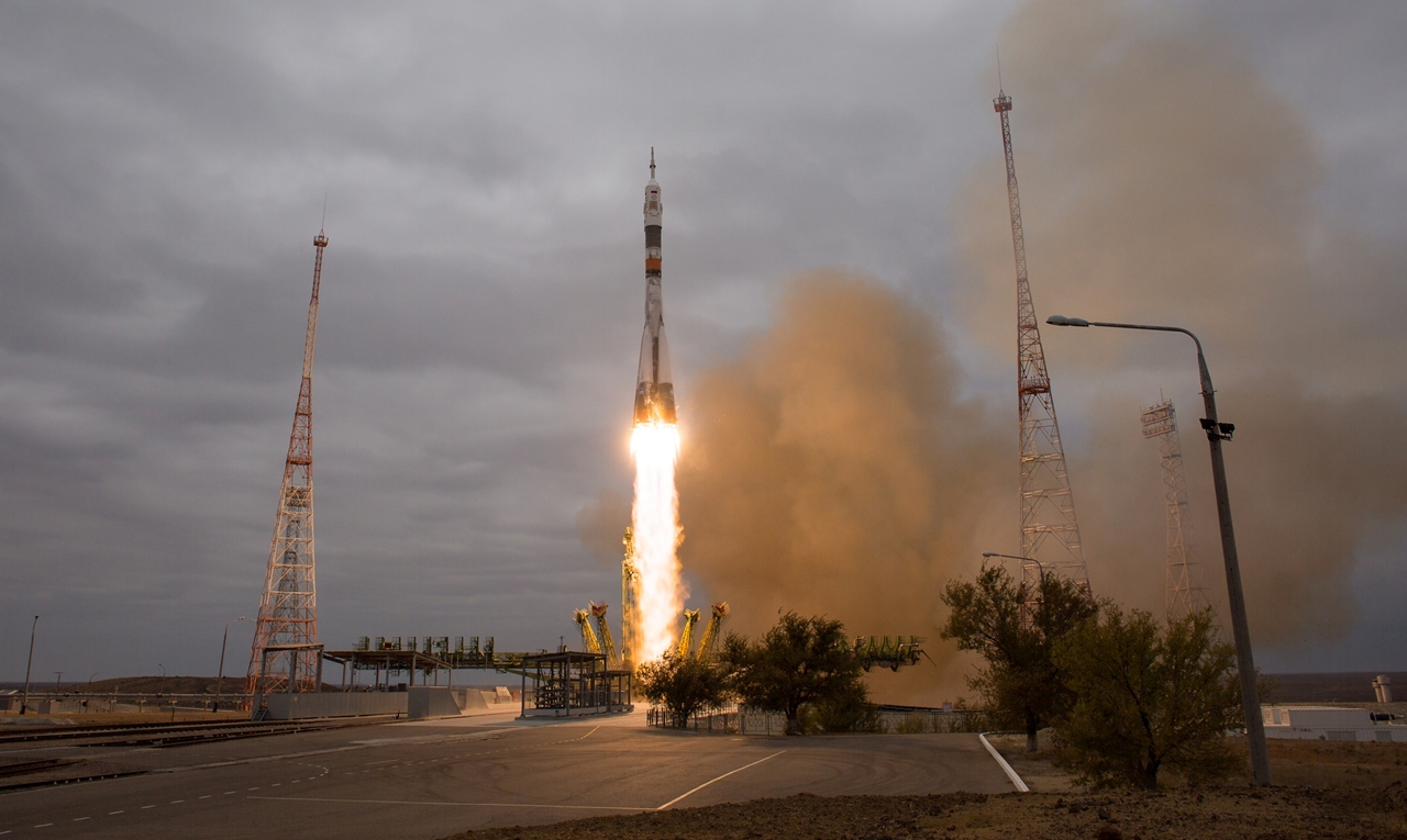 photos-of-the-launch-of-the-russian-spacecraft-soyuz-ms-02-and-the-american-antares-09