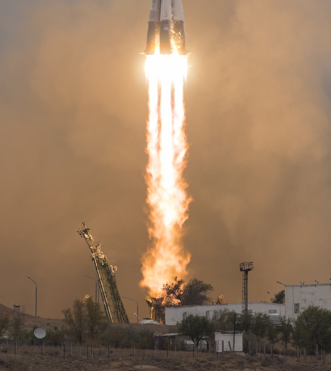 photos-of-the-launch-of-the-russian-spacecraft-soyuz-ms-02-and-the-american-antares-11