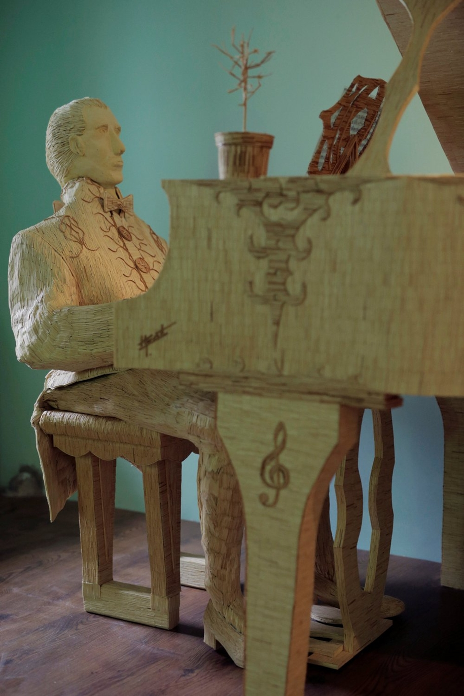 stunning-sculpture-of-a-pianist-of-matches-03