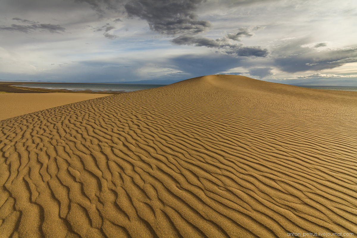 the-gobi-desert-footprints-in-the-sand-01
