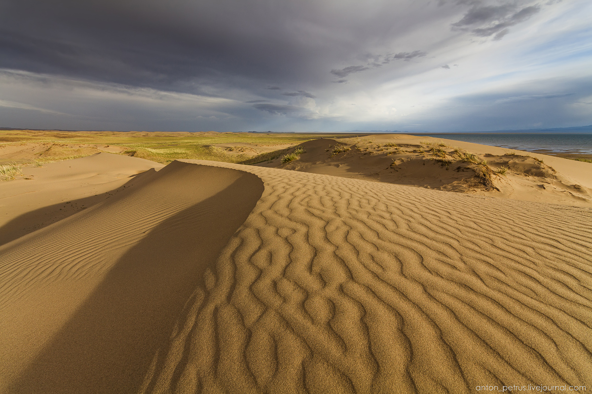 the-gobi-desert-footprints-in-the-sand-02