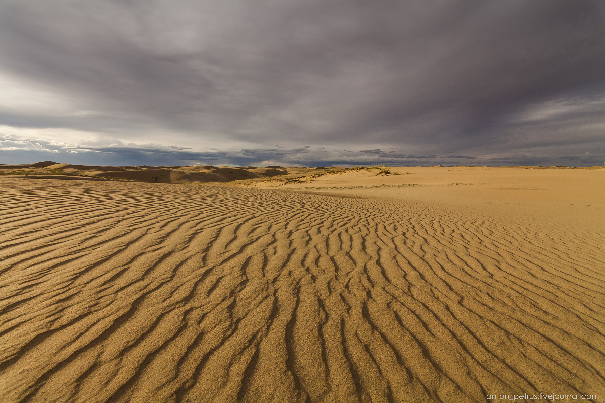 the-gobi-desert-footprints-in-the-sand-03