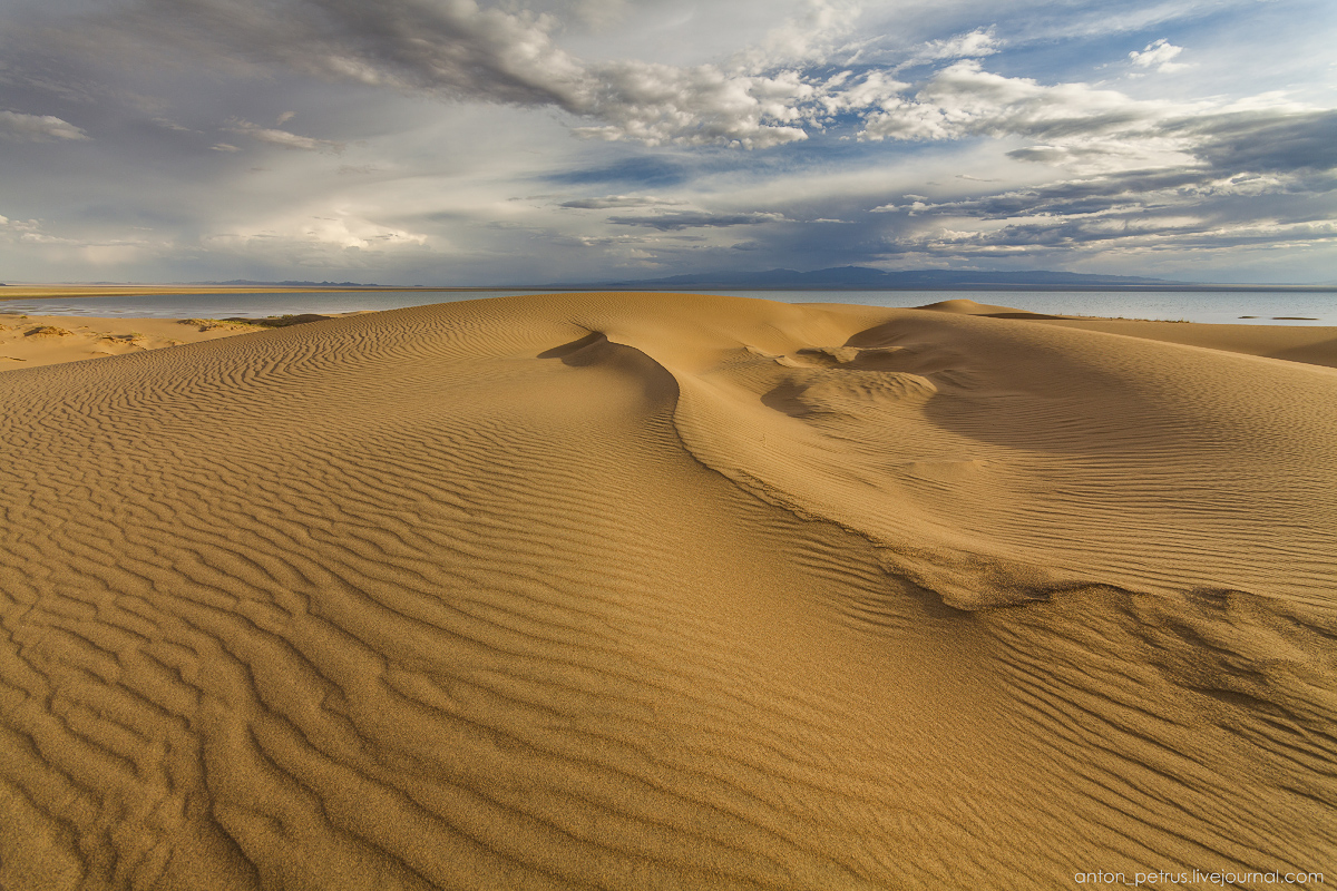 the-gobi-desert-footprints-in-the-sand-04