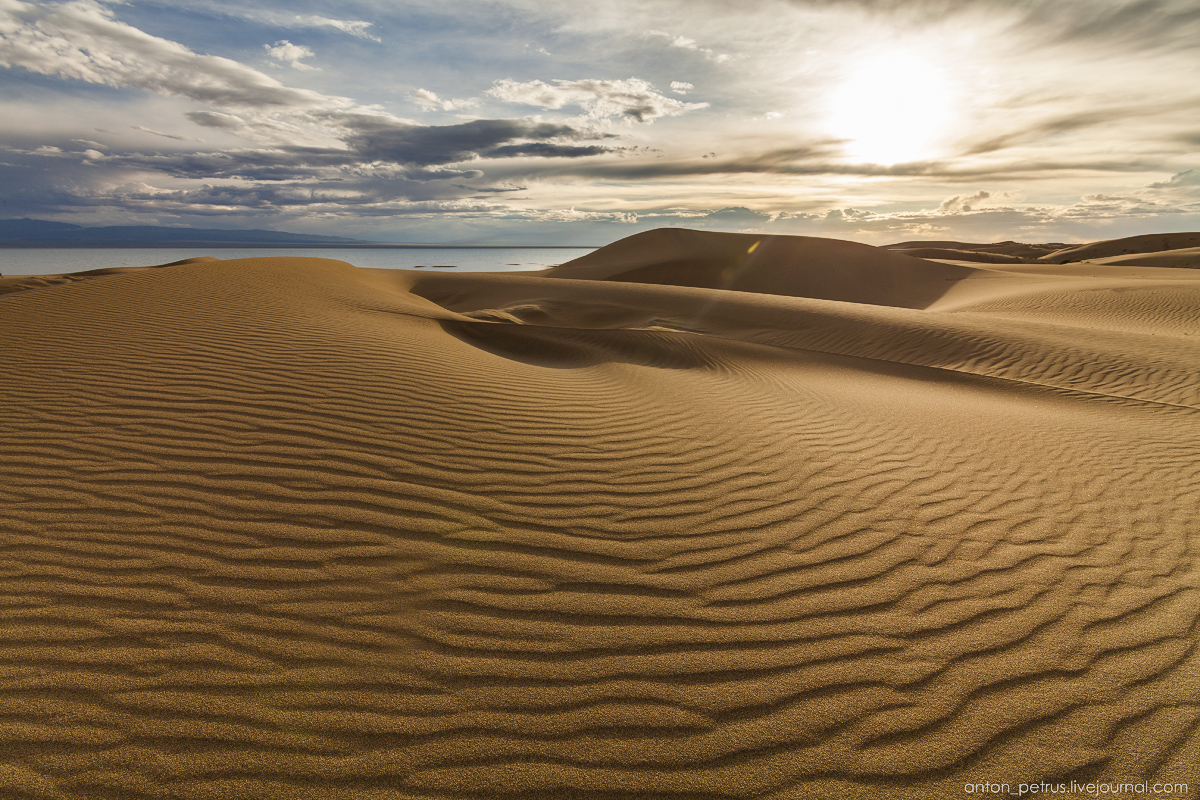 the-gobi-desert-footprints-in-the-sand-05